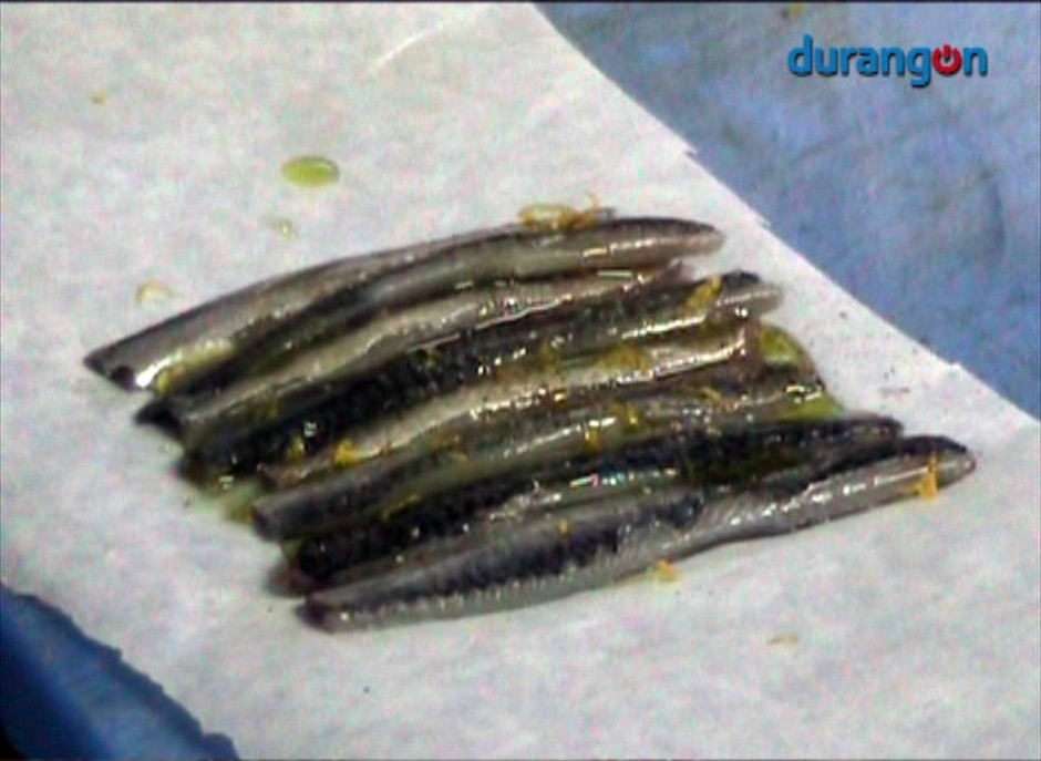Filetes de anchoa en cama de pan, por Narru jatetxea